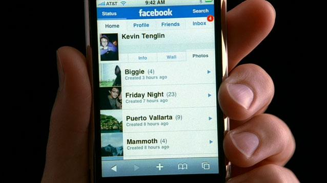 Apple seeks to lure teens with new Facebook iPhone ad